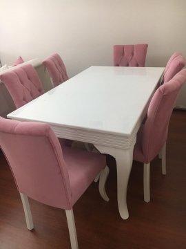 6 pembe sandalyeli beyaz yemek masası