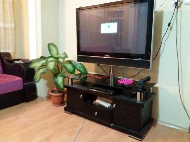 tv ünitesi ve vitrin resmi
